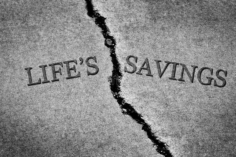 Economias quebradas perigosas Pove do ` s da vida do cimento rachado velho do passeio foto de stock royalty free