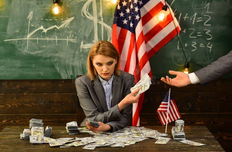 Economie en financiën Patriottisme en vrijheid corruptie Amerikaanse onderwijshervorming in 4 juli Inkomen planning van begroting stock afbeelding