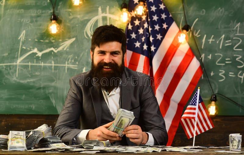 Economie en financiën Patriottisme en vrijheid Inkomen planning van het beleid van de begrotingsverhoging Gebaarde mens met dolla stock fotografie