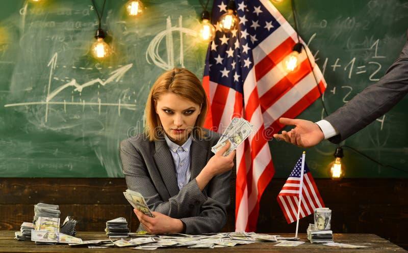 Economie en financiën Patriottisme en vrijheid Inkomen planning van het beleid van de begrotingsverhoging Vrouw met dollargeld vo royalty-vrije stock afbeelding