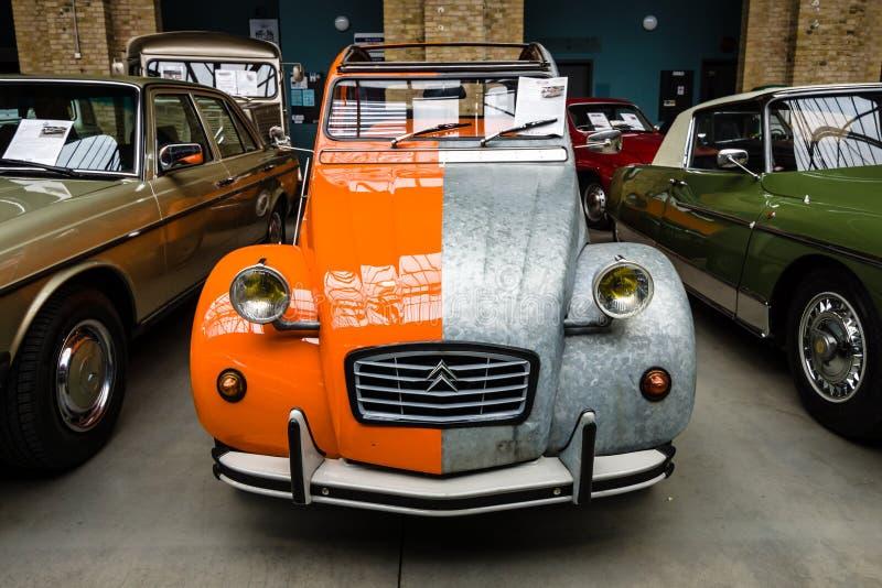 Economieauto Citroën 2CV in een ongebruikelijke twee kleurenkleur stock fotografie