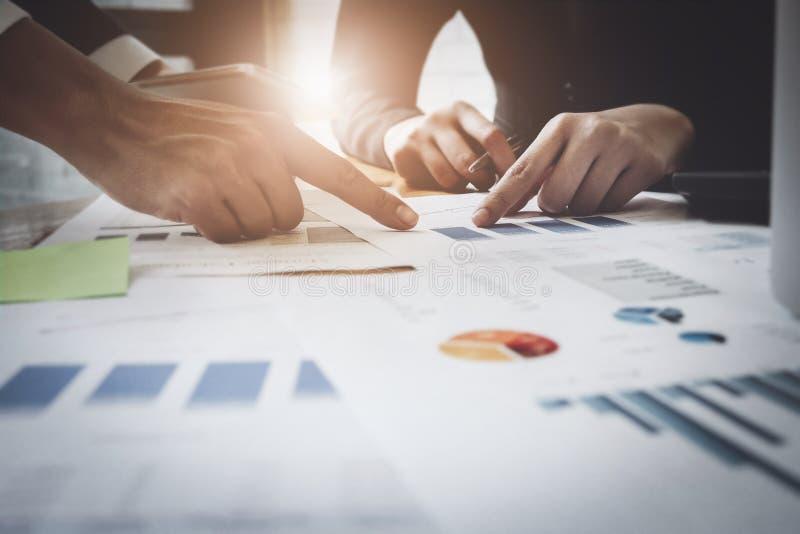 Economische bedrijfsbesprekingen, Commercieel team die inkomensgrafieken en grafieken analyseren om marketing concept te plannen  royalty-vrije stock afbeelding