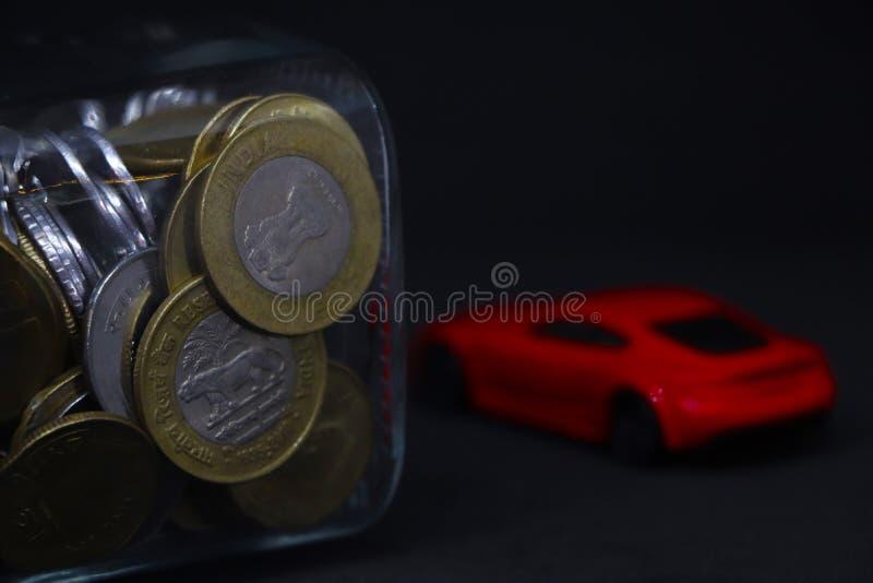 Economiser le concept de voiture rouge en arrière-plan images libres de droits