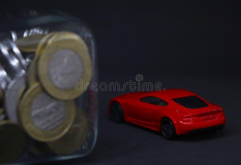 Economiser le concept de voiture rouge en arrière-plan photographie stock libre de droits