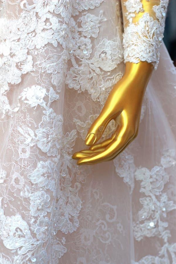 Ecran couleur d'or dumming portant une robe précieuse de mariage photographie stock libre de droits