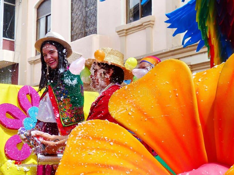 Ecuador cuenca Parada podczas karnawału Młoda kobieta i mężczyzna ubieraliśmy w ecuadorian krajowym kostiumu zakrywającym z pianą obrazy royalty free