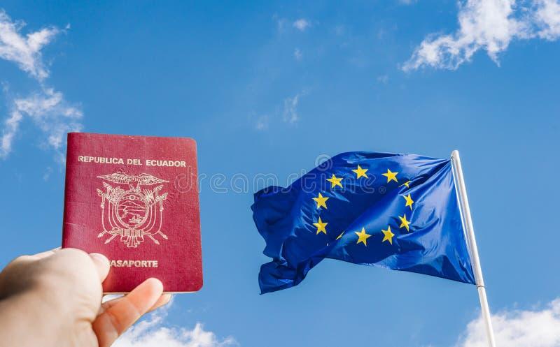 Ecuatoriaans paspoort en de EU-vlag - reisthema stock foto