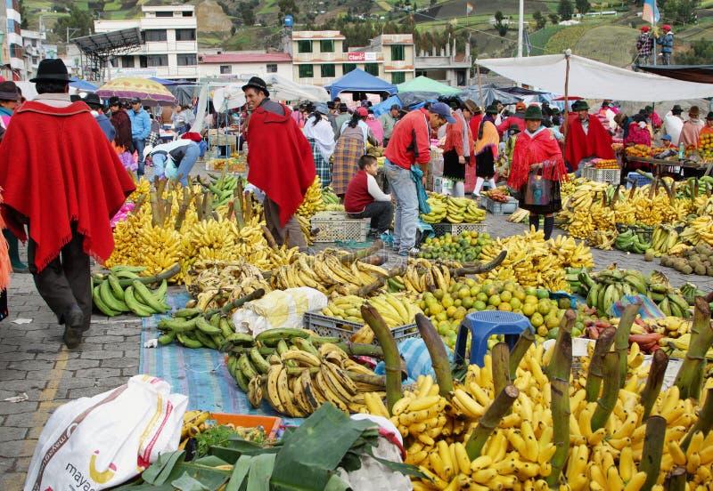 Ecuatoriaanse etnische mensen met inheemse kleren in een landelijke Zaterdagmarkt in Zumbahua-dorp, Ecuador royalty-vrije stock foto