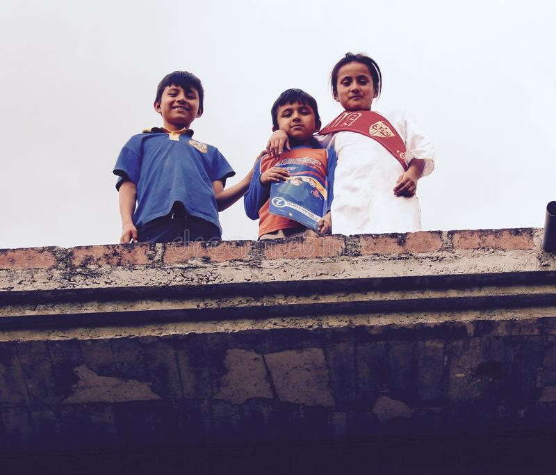 Ecuatoriaanse Kinderen op een dak Vilcabamba stock fotografie