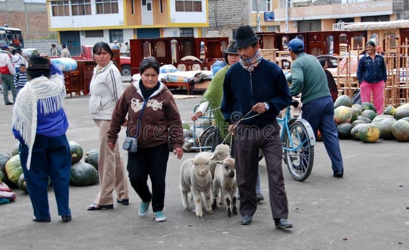 Ecuatoriaanse mensen in een lokale markt stock foto's