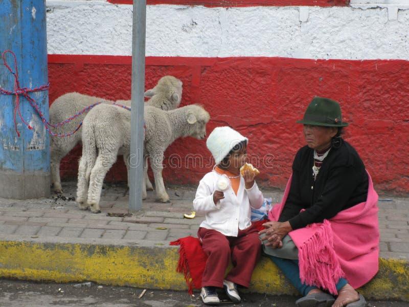 Ecuatoriaanse vrouw met een jong jong geitje stock afbeeldingen