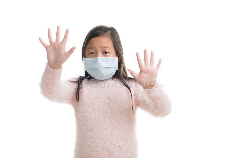 Edad asiática de la muchacha del niño 7 años con la máscara de la protección contra viru de la gripe fotos de archivo