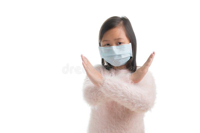 Edad asiática de la muchacha del niño 7 años con la máscara de la protección contra viru de la gripe imágenes de archivo libres de regalías