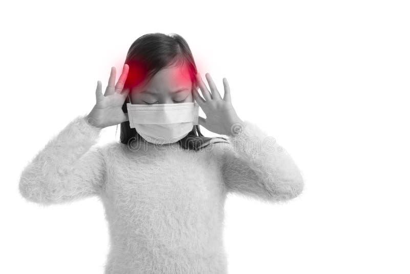 Edad asiática de la muchacha del niño 7 años con la máscara de la protección contra viru de la gripe fotografía de archivo