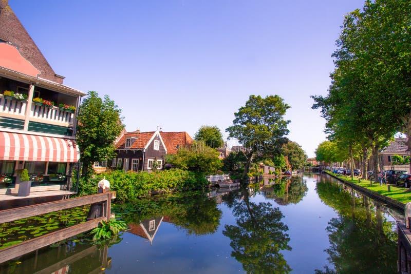 Edam Olanda con il canale e le costruzioni immagini stock libere da diritti