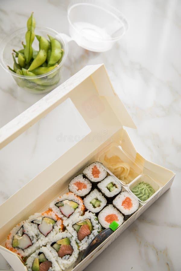 Edamame, lax, surimi, gurka och avokado Maki och insida - ut Kalifornien sushi med soya, inlagd ingefära, wasabi och sojabönor royaltyfri bild