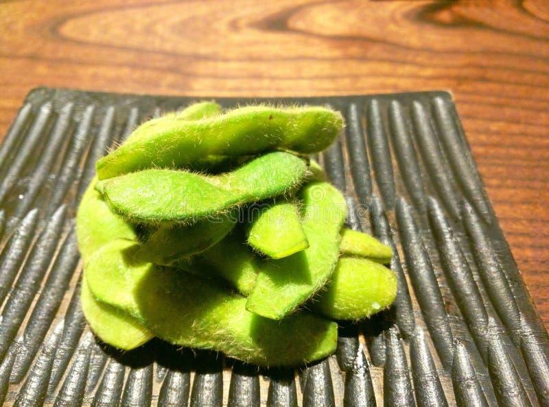 Edamame-Nahaufnahme, Sojabohnen auf einer Platte lizenzfreies stockbild