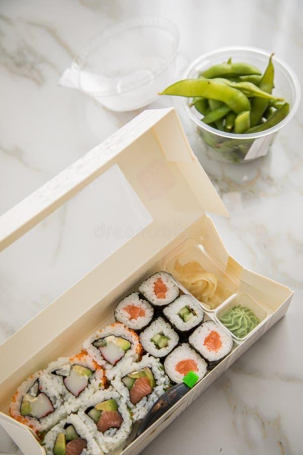 Edamame, salmone, surimi, cetriolo ed avocado Maki ed interno - fuori sushi di California con la salsa di soia, zenzero marinato, fotografie stock libere da diritti