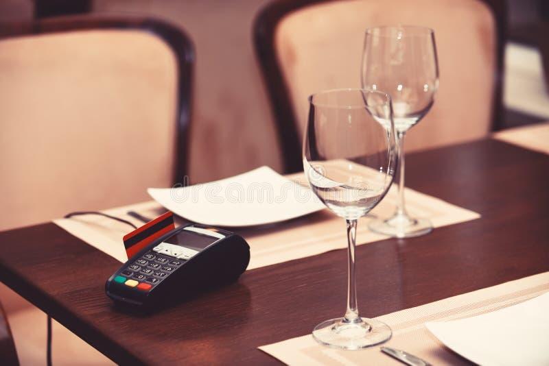 EDC machine of bankkaart in lezer op lijst in restaurant royalty-vrije stock fotografie