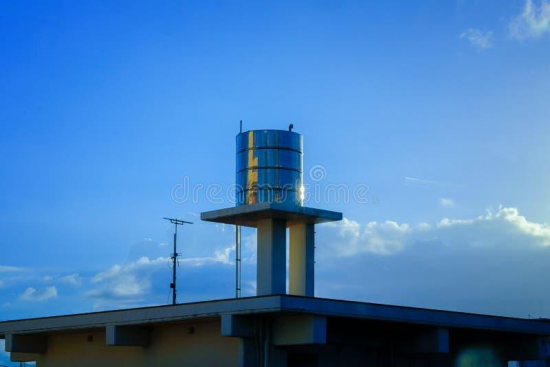 Edelstahl-Wasser-Behälter installiert auf ein Dach, gegen stockfoto