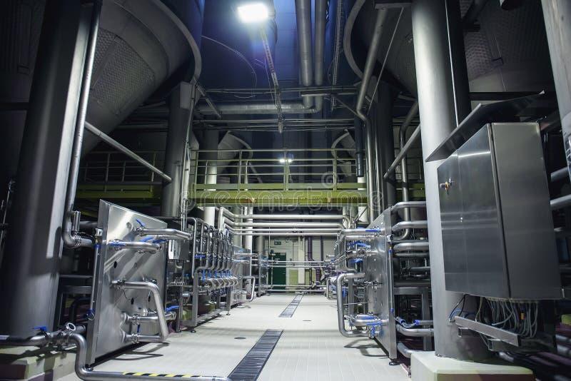 Edelstahlbrauenausrüstung: große Reservoire oder Behälter und Rohre in der modernen Bierfabrik Brauereiproduktionskonzept stockfotos