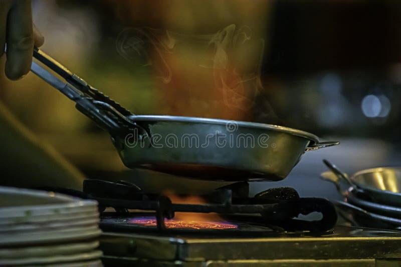 Edelstahlwanne auf dem Ofen mit einer gelben Flamme lizenzfreies stockfoto