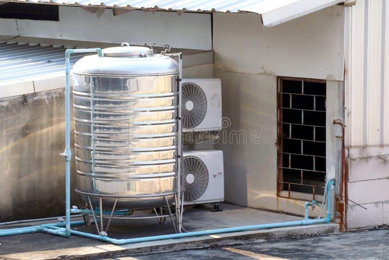 Edelstahlwasserbehälter auf der Gebäudeplattform stockfotos