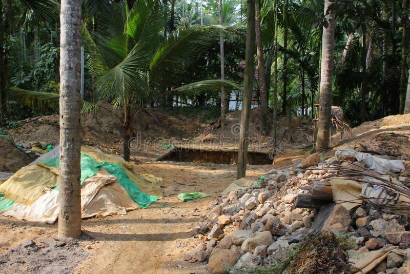 Edelsteinbergbauarbeitskräfte im Saphirbergwerk, Sri Lanka lizenzfreie stockbilder