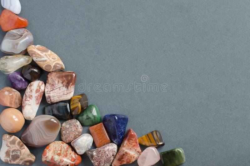 Edelsteine auf grauem Hintergrund stockfotos