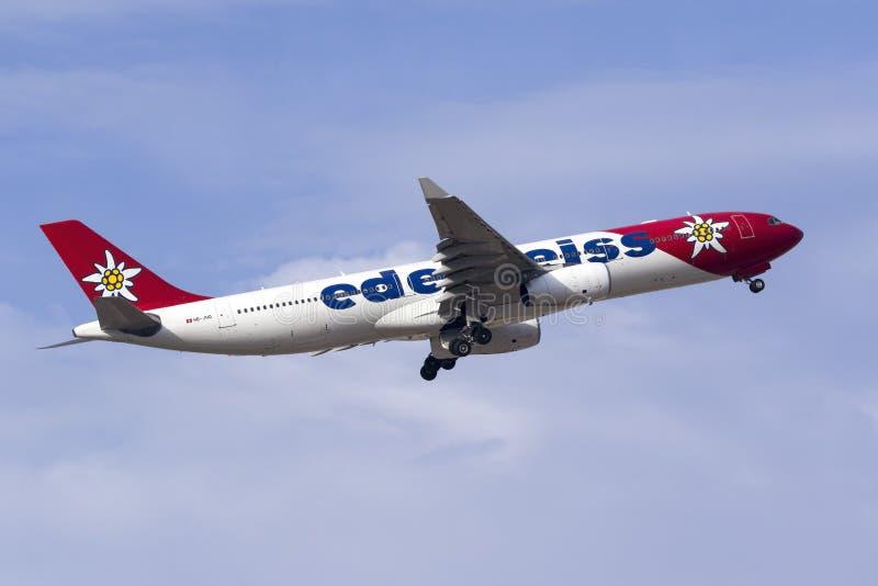 Edelweiss Air-Luchtbus A330 het opstijgen royalty-vrije stock foto