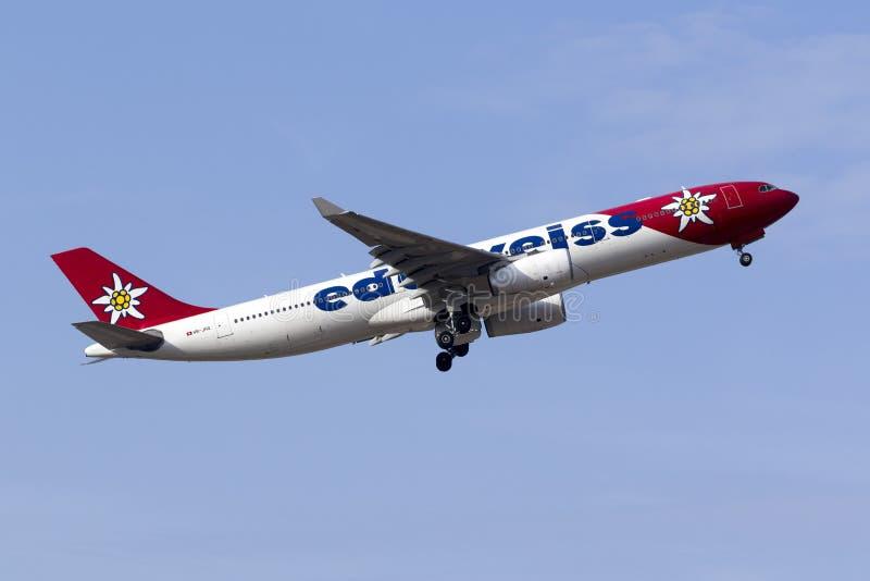 Edelweiss Air-Luchtbus A330 het opstijgen royalty-vrije stock fotografie