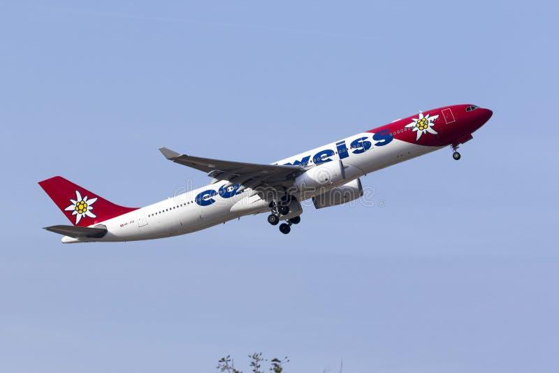 Edelweiss Air-Luchtbus A330 het opstijgen royalty-vrije stock afbeeldingen