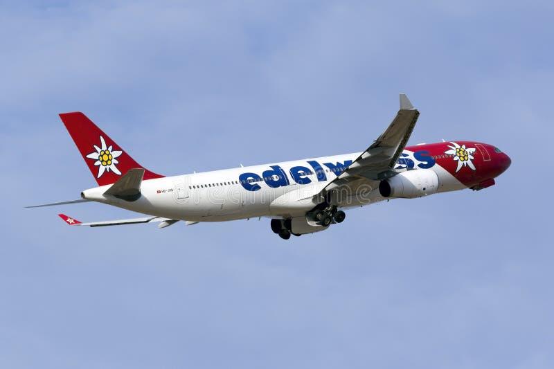 Edelweiss Air-Luchtbus A330 het opstijgen royalty-vrije stock afbeelding