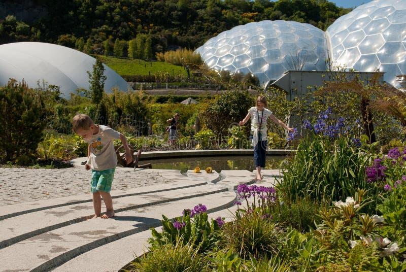 Eden Project Biomes avec des enfants image stock