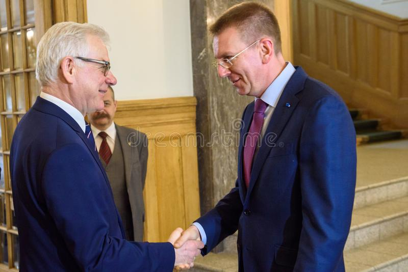 Edgars Rinkevics, ministro de asuntos exteriores de la reunión de Letonia con Jacek Czaputowicz, el Ministro de Asuntos Exteriore fotos de archivo libres de regalías