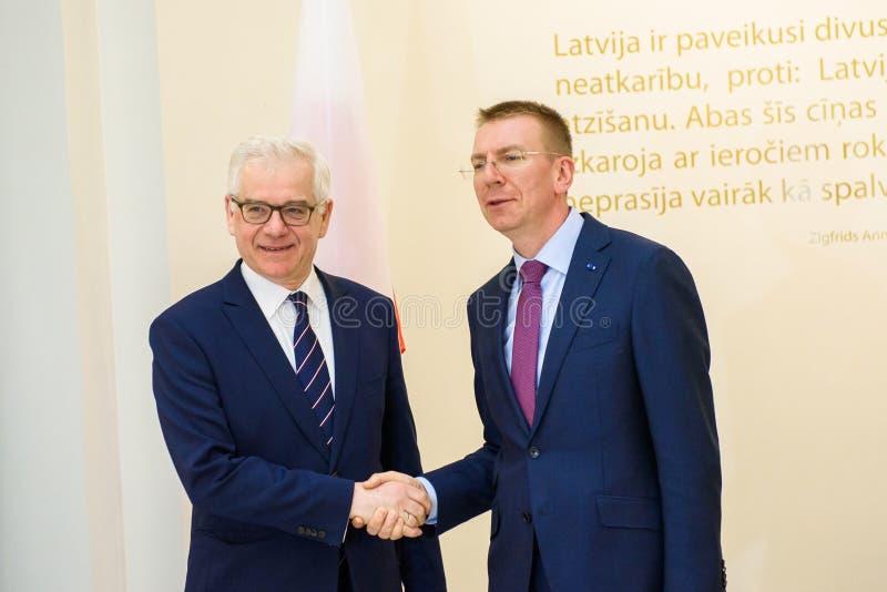 Edgars Rinkevics, ministro de asuntos exteriores de la reunión de Letonia con Jacek Czaputowicz, el Ministro de Asuntos Exteriore foto de archivo libre de regalías