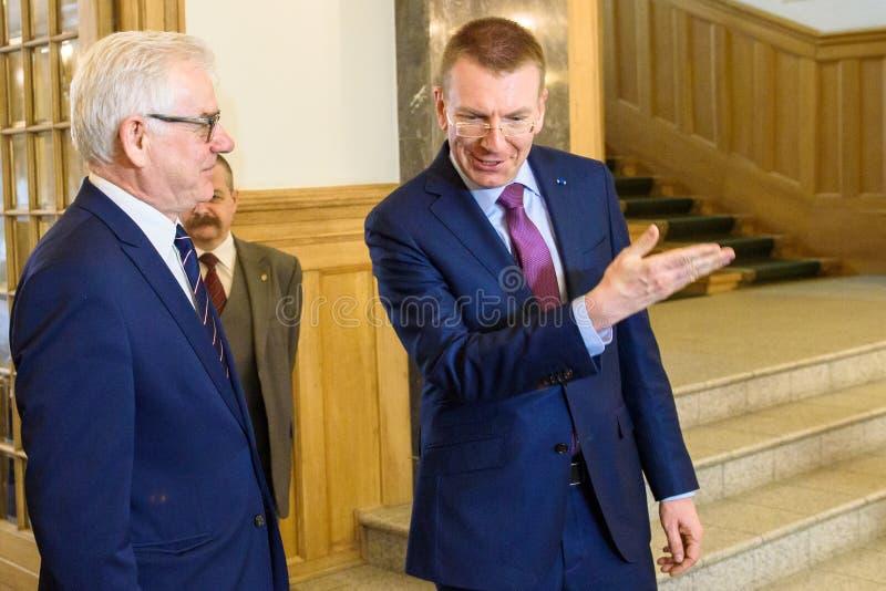 Edgars Rinkevics, ministro de asuntos exteriores de la reunión de Letonia con Jacek Czaputowicz, el Ministro de Asuntos Exteriore imagen de archivo libre de regalías
