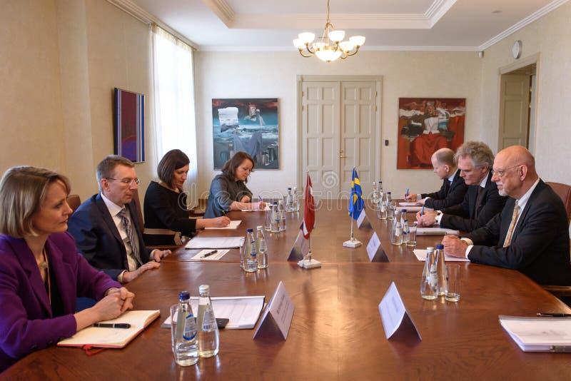 Edgars Rinkevics, ministro de Negócios Estrangeiros da reunião de Letónia com Hans Dahlgren, ministro para casos da UE da Suécia foto de stock