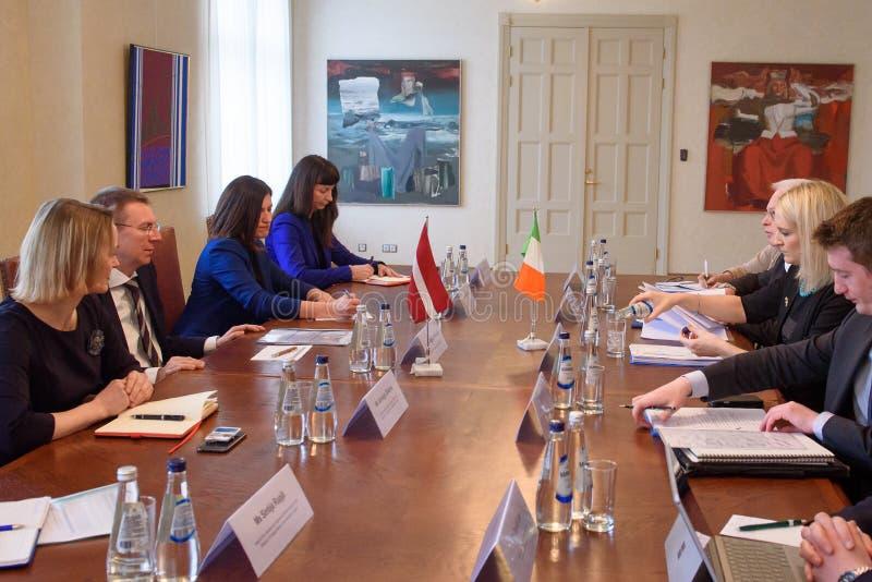 Edgars Rinkevics, ministro de Negócios Estrangeiros da reunião de Letónia com Helen McEntee Minister para casos europeus da Irlan foto de stock royalty free