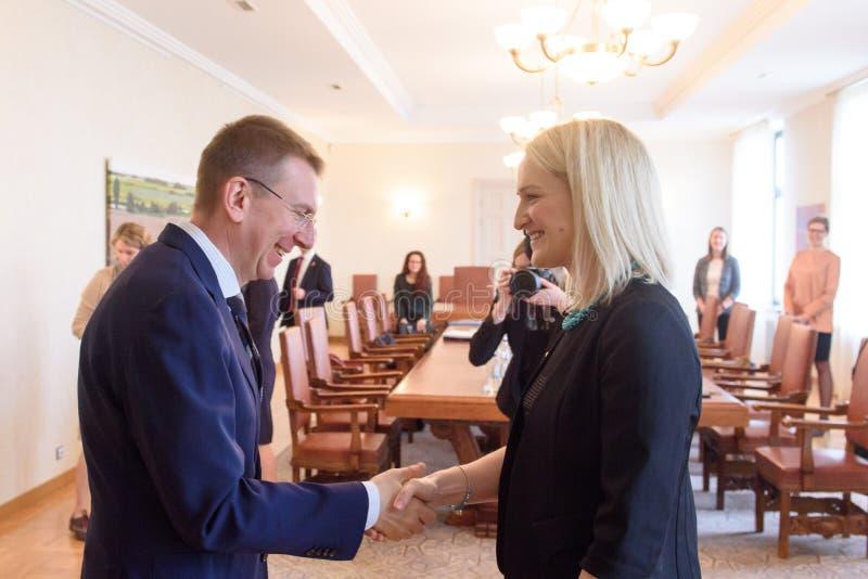Edgars Rinkevics, ministro de Negócios Estrangeiros da reunião de Letónia com Helen McEntee Minister para casos europeus da Irlan fotos de stock royalty free