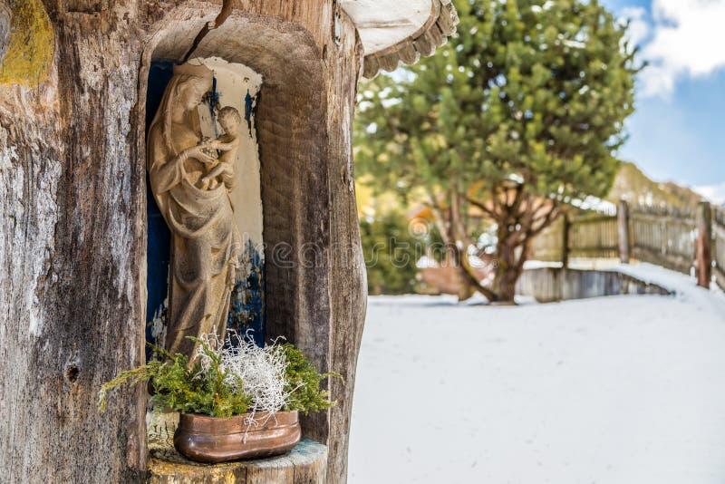 edicola с статуями благословленной девой марии и святого Bab стоковые изображения