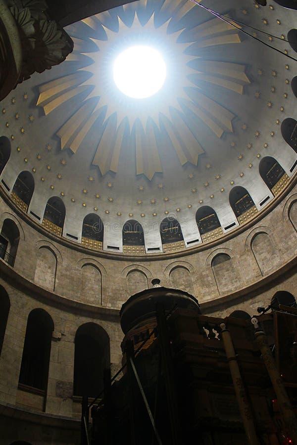 Edicule och rotunda i kyrkan av den heliga griften, Kristus gravvalv, i den gamla staden av Jerusalem, Israel royaltyfria bilder