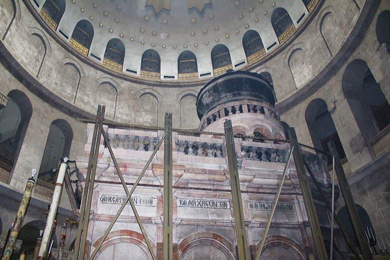 Edicule och rotunda i kyrkan av den heliga griften, Kristus gravvalv, i den gamla staden av Jerusalem, Israel fotografering för bildbyråer