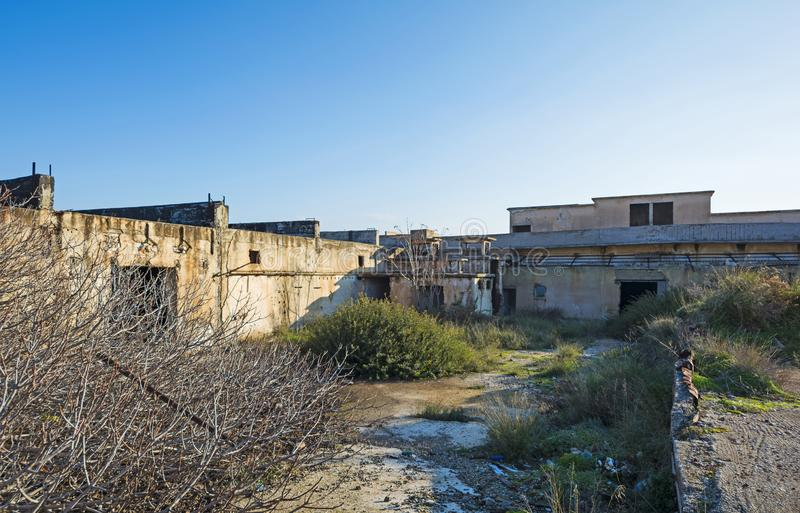 Edifício abandonado Facilidades industriais danificadas foto de stock royalty free