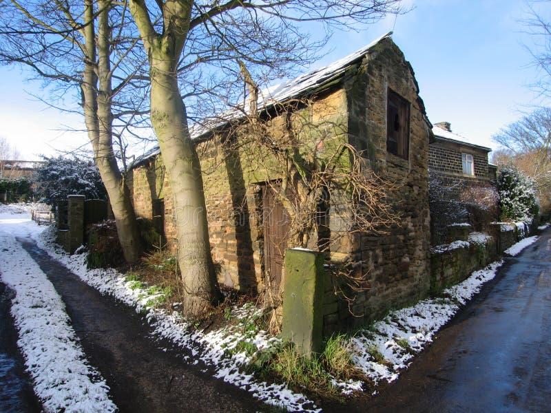 Edifício abandonado na neve fotografia de stock royalty free