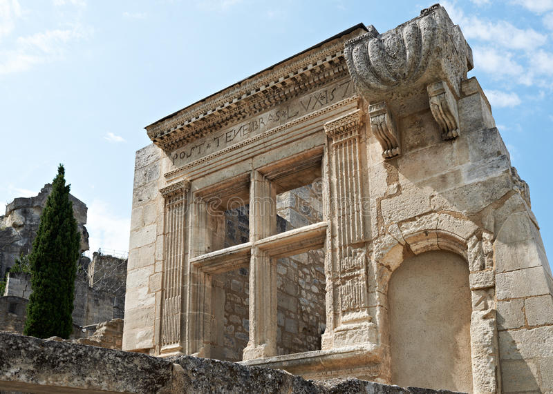 Edifício antigo na vila de Baux de Provence fotos de stock