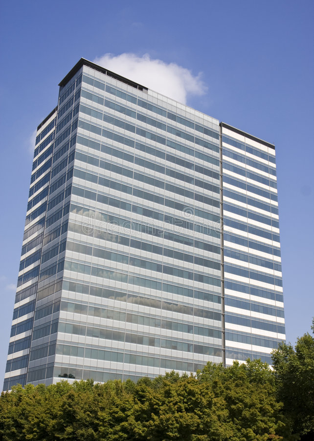 Edifício azul e branco nas árvores com nuvens imagens de stock royalty free