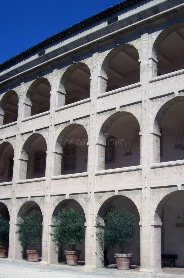 Edifício com arcos e oliveiras. fotografia de stock royalty free