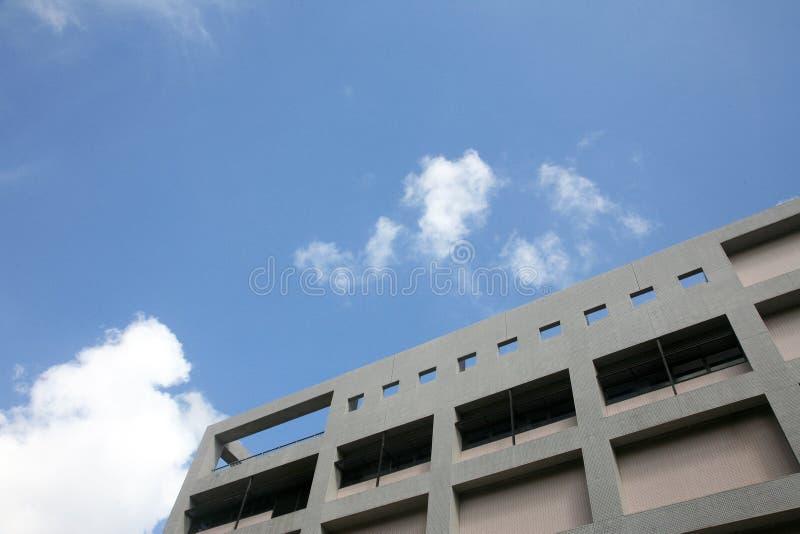 Edifício com céu azul fotos de stock royalty free