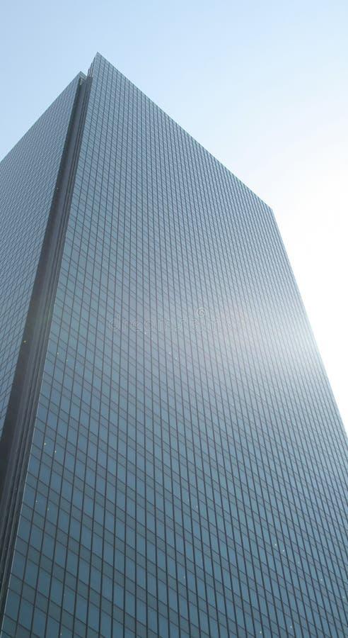 Edifício corporativo azul em um céu azul fotos de stock royalty free